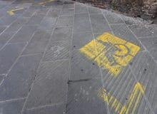 Maak parkeren met gele geschilderde tekens onbruikbaar Stock Afbeeldingen
