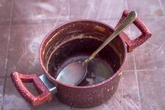Maak spruit van rode gekleurde traditionele kokende pot schoon royalty-vrije stock afbeelding