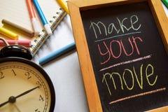 Maak uw beweging op uitdrukkings kleurrijke met de hand geschreven op bord, wekker met motivatie en onderwijsconcepten stock foto's