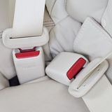 Maak veiligheidsgordels in de auto voor veiligheid vast Stock Foto's