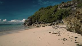 Maak wit zandstrand met rotsen en klippen schoon - Geger-strand, Bali stock video