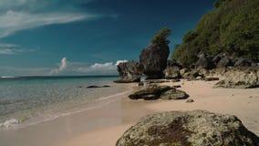 Maak wit zandstrand met rotsen en klippen schoon - Geger-strand, Bali stock footage