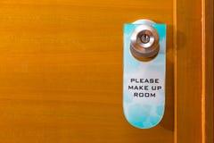 Maak Zaal omhoog teken het hangen op de knop van de metaaldeur etiketteren, concept nee stock afbeeldingen