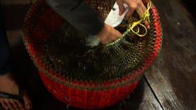 Maak zeevruchten op drijvend restaurant leeg Avond Vietnam Overzeese krabben op drijvend restaurant Winkel van verse producten stock video