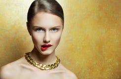 Maakt de glamour sexy jonge vrouw met perfect omhoog met gouden neckla Stock Afbeeldingen