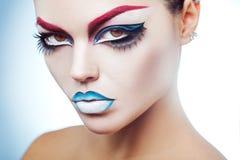 Maakt de Kaukasische vrouw van de schoonheidselegantie met omhoog lookin bij camera Royalty-vrije Stock Foto's