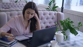 Maakt de overwerk werkend, vermoeide bedrijfs vrouwelijke gebruikslaptop computer voor het afstandswerk aan verre bedrijfs planni stock videobeelden