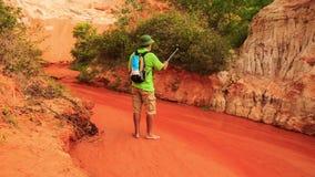 Maakt de toeristen Oude Mens Selfie door Fairy-Stream Rocks stock footage