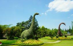 Maakte het grote standbeeld van dinosaurusbrontosaurus van groene bladinstallatie en boomstruik - bogor Indonesië royalty-vrije stock afbeelding
