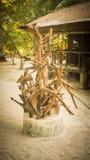 Maakten de artistieke toebehoren op midden van eiland van dode houten wortel op de toevlucht royalty-vrije stock afbeelding