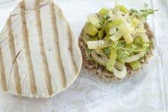 Maaltijd - Geroosterd tonijnlapje vlees met ui anmd poriën Royalty-vrije Stock Foto's