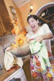 Maaltijd op brand, het koken gegaan verkeerd Stock Fotografie
