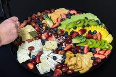 Maaltijd op plastic platen en werktuigen wordt gediend dat Royalty-vrije Stock Afbeelding