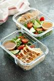 Maaltijd prep containers met geroosterde kip stock afbeelding
