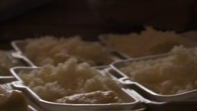 Maaltijd uit rijst wordt gemaakt die stock videobeelden