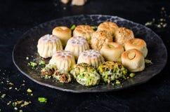 Maamoul eller mamoul - data eller phistachio för arabiska kakor välfyllda med isläggning som är cugar på mörk bakgrund Selektivt  Fotografering för Bildbyråer