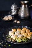 Maamoul eller mamoul - data eller phistachio för arabiska kakor välfyllda med isläggning som är cugar på mörk bakgrund Selektivt  Royaltyfri Fotografi