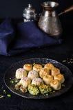 Maamoul of mamoul - de Arabische koekjes vulden data of phistachio met suikerglazuur cugar op donkere achtergrond Selectieve nadr Royalty-vrije Stock Foto's
