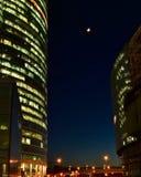 Maan in bedrijfsdistrict bij nacht Royalty-vrije Stock Fotografie