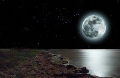 maan boven een overzees Stock Afbeelding
