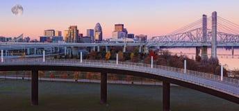 Maan die boven Louisville, Kentucky toenemen stock afbeeldingen