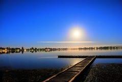 Maan die een meer wordt overdacht Stock Foto's