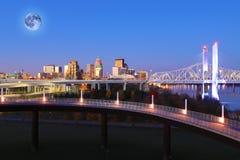 Maan die over Louisville, Kentucky toenemen stock afbeeldingen