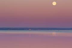 Maan die over overzees plaatsen Stock Foto's