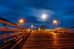 Maan die over San Clemente Pier wordt gegoten Stock Foto