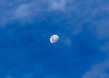 Maan in een bewolkte dag Royalty-vrije Stock Afbeeldingen