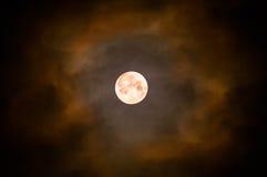 Maan en de donkere hemel en de wolken Stock Afbeeldingen