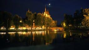 Maan en kasteelspitsen bij nacht in Boedapest stock video