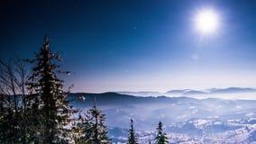 Maan en van de sterrentijd tijdspanne in Karpatische Bergen stock video