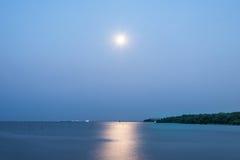Maan het dalen bij Thaise golf Stock Foto
