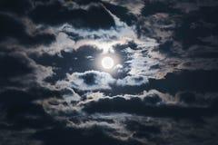 Maan op bewolkte hemel bij nacht Stock Fotografie