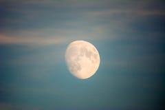Maan op de avondhemel Stock Foto's