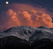 Maan op de bergen stock afbeeldingen