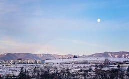Maan op de hemel vroeg in de ochtend in de winter royalty-vrije stock foto's
