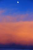 Maan op oranje wolken stock foto's