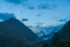 Maan over de Akkem-bergrand Het landschap van de nacht De Bergen van Altai, Rusland stock afbeelding