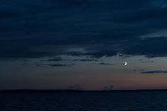 Maan over het meer Stock Afbeelding