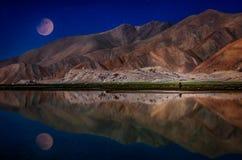 Maan over Kara Kul-meer royalty-vrije stock afbeelding
