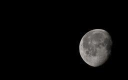 Maan tijdens wolkenloze nacht Royalty-vrije Stock Afbeelding