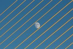 Maan tussen brugkabels Stock Fotografie