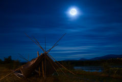 Maan vóór verduistering bij Kalispel stamgrond Stock Foto