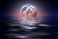 Maan in water wordt weerspiegeld dat stock foto