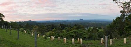 Mañana de cristal del panorama de las montañas de la casa Fotos de archivo