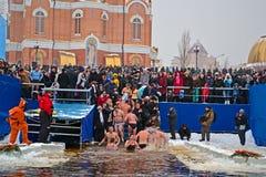 Mañana de la epifanía (Kreshchenya) cerca de la catedral de Svjato-Pokrovskiy, Kiev, Ucrania. Fotografía de archivo libre de regalías