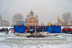 Mañana de la epifanía (Kreshchenya) cerca de la catedral de Svjato-Pokrovskiy, Kiev, Ucrania. Fotos de archivo