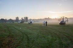 Mañana de la niebla del campo de los helicópteros Fotografía de archivo